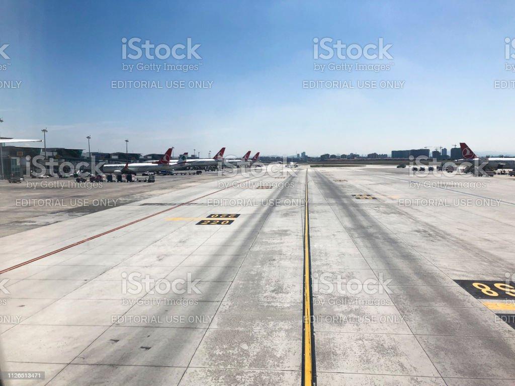 Izmir Adnan Menderes Havalimanı görünümü bir uçağın penceresinden. stok fotoğrafı
