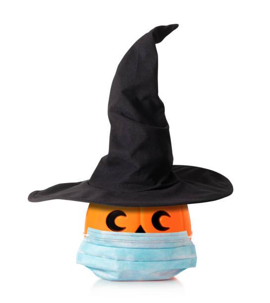jack o linterna calabaza de halloween con sombrero de brujas, máscara - halloween covid fotografías e imágenes de stock