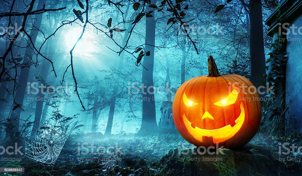 Jack o lantern in blue moonlight - foto de stock