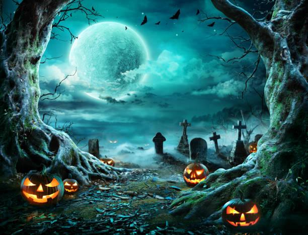 jack 'o latarnia na cmentarzu w upiornej nocy z pełni księżyca - upiorny zdjęcia i obrazy z banku zdjęć