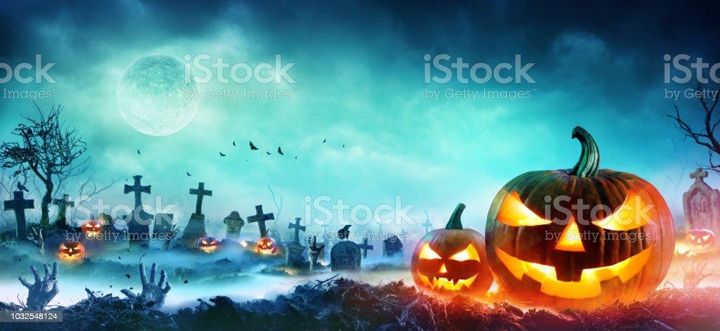 Jack O' Laternen und Zombiehände steigt aus einem Friedhof In Misty Nacht – Foto