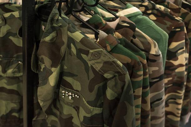 jacke military-stil kleiderständer hängen. - militäruniform stock-fotos und bilder