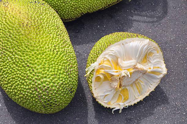jackfrucht ganze und offen an obst-marktstand - jackfrucht stock-fotos und bilder