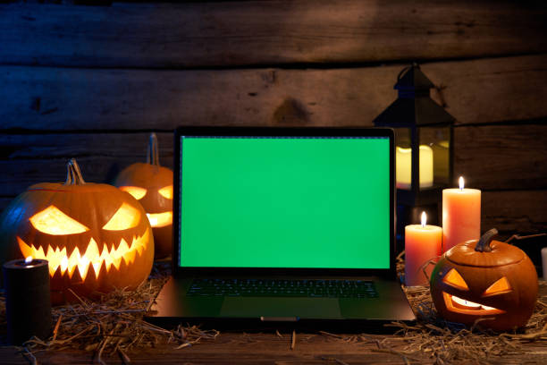 キャンドルと荒い木製の板にジャック-o-ランタンハロウィーンカボチャ - halloween ストックフォトと画像
