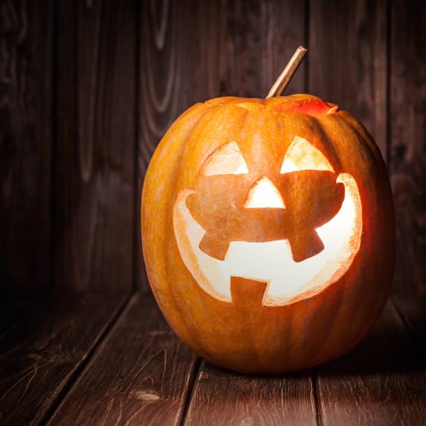 abóbora jack em fundo de madeira - lanterna de halloween - fotografias e filmes do acervo