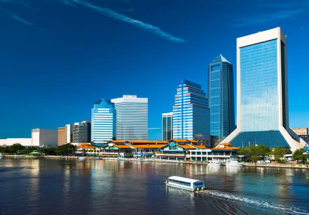 jacksonville downtown waterfront view - rondvaartboot stockfoto's en -beelden