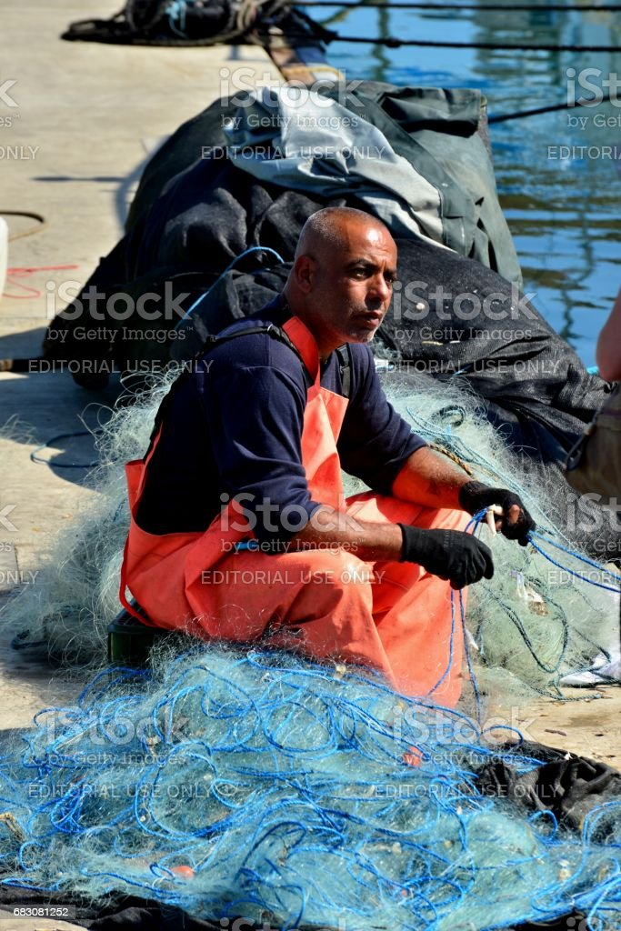 Jaffa, Israel – May 13, 2017: Arab fisherman at the marina pier in Jaffa. foto de stock royalty-free