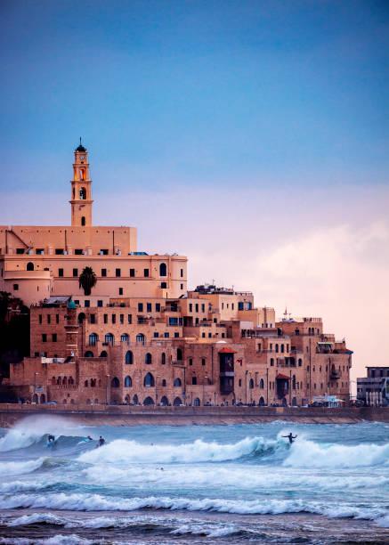 de zonsondergang, surfers jaffa in actie - tel aviv, israël - israël stockfoto's en -beelden