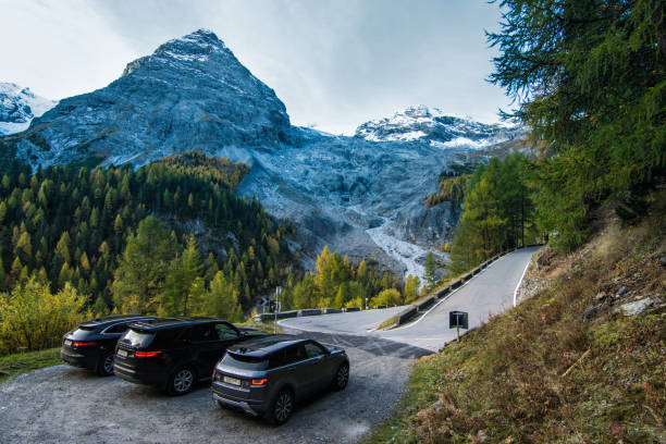 Jaguar F-Pace, Land Rover Discovery 5 and Range Rover Evoque Passo dello Stelvio, Italy - October 3, 2017: Jaguar F-Pace, Land Rover Discovery 5 and Range Rover Evoque made a long way to a mountain pass Stelvio located in northern Italy. Photo taken on the a parking lot near Stelvio Pass. Jaguar F‑Pace is a performance SUV that combines maximum driving exhilaration with efficiency. Land Rover Discovery 5 is a modern British off-road car which is more SUV in its 5th generation. Range Rover Evoque is a compact British SUV. range rover stock pictures, royalty-free photos & images