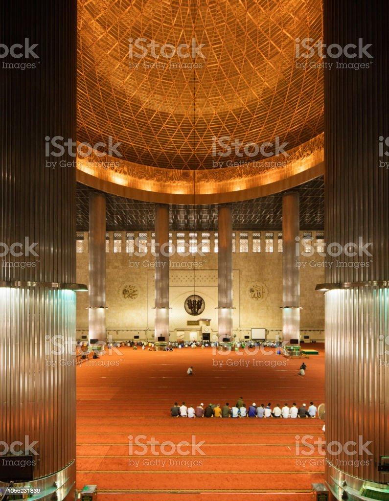 Cúpula e interior de quarto de oração principal mesquita Istiqlal Jacarta nacional - foto de acervo