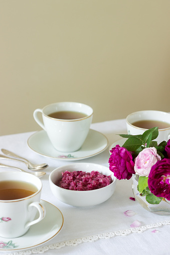 Marmelade Aus Den Blütenblättern Der Rose Damaskus Eine Tasse Grüner Tee Und Eine Vase Mit Rosen Auf Einem Leuchttisch Rustikalen Stil Stockfoto und mehr Bilder von Aromatherapie