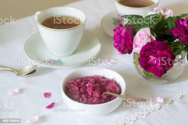 Jam Från Kronblad Av Ros I Damaskus En Kopp Grönt Te Och En Vas Med Rosor På Ett Ljusbord Rustik Stil-foton och fler bilder på Alla hjärtans dag