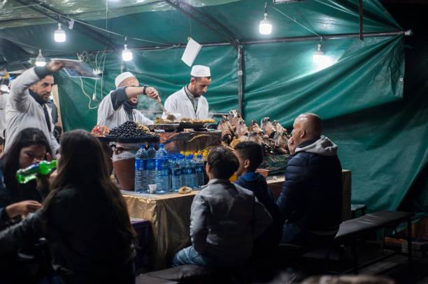 jamaa el fna ist ein marktplatz und marktplatz in marrakesch medina viertel (altstadt) marokko. - schafkopfkarten stock-fotos und bilder