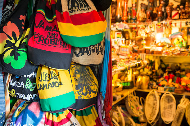 Jamaikanische souvenirs stehen in Fort street, Montego Bay, Jamaika – Foto