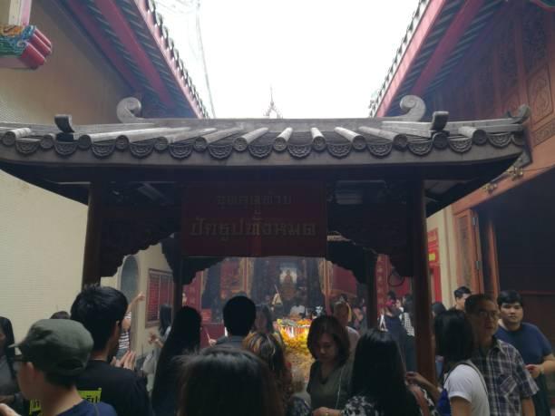 5. januar 2019: bangkok thailand: thai / chinesischen menschen beten für silvester im drachen-tempel-kammalawat. wat lengnoeiyi chinesischen buddhistischen tempel. beten sie für gesund, wohlhabend und gut für das leben. - buddha figuren kaufen stock-fotos und bilder