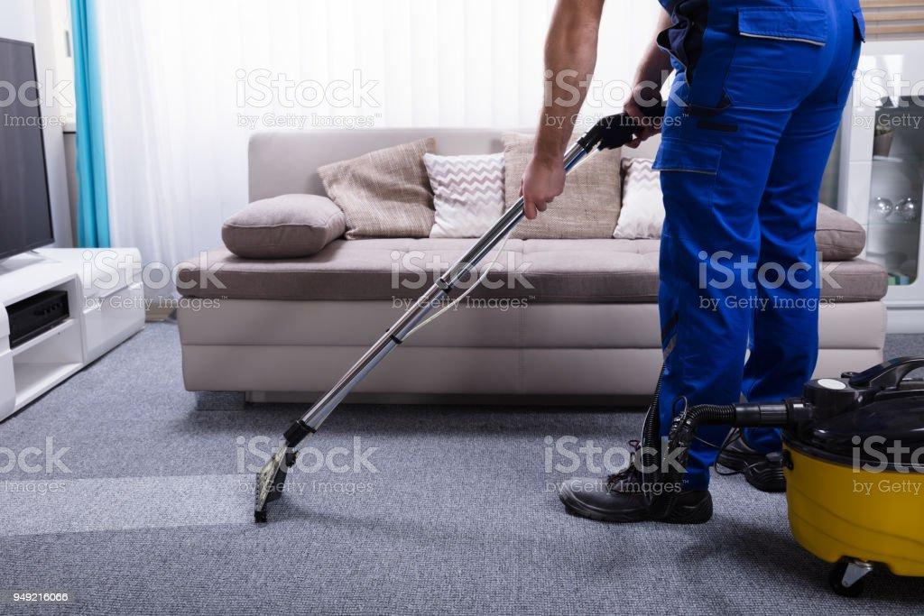 Janitor limpieza de alfombra - foto de stock
