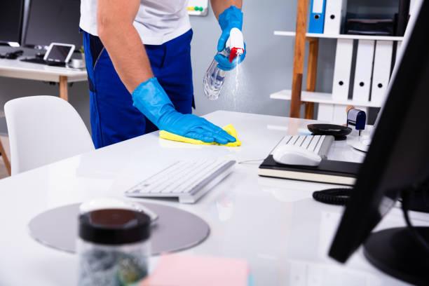 porteiro que limpa a mesa branca no escritório - higiene - fotografias e filmes do acervo