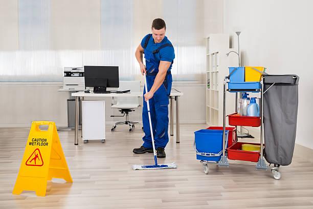 janitor übertragenen etage im büro - hausmeister stock-fotos und bilder