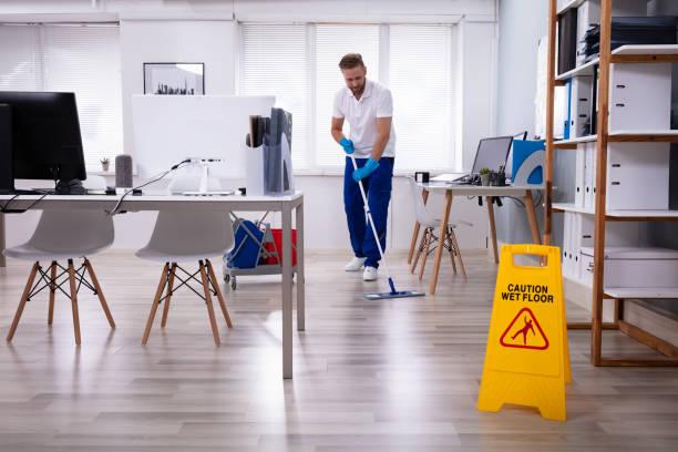 janitor mit mop-reinigungsbüro - hausmeister stock-fotos und bilder
