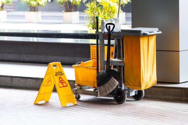 janitorial und mop eimer bei der reinigung mit vorsicht nass bodenschild. - hausmeister stock-fotos und bilder
