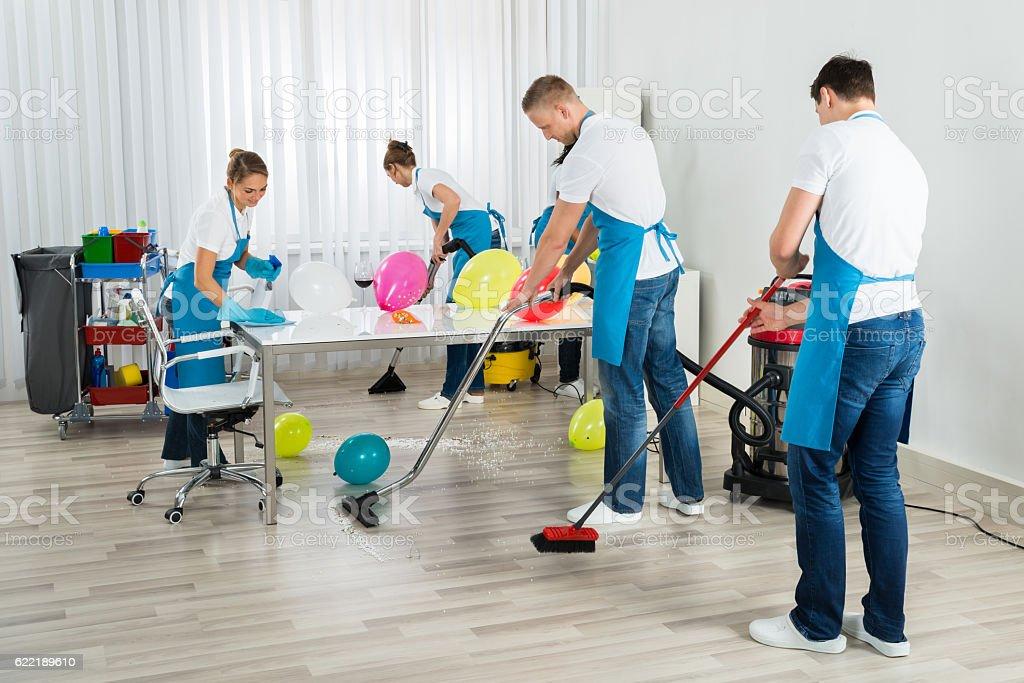 Janitors nettoyage après la fête du travail - Photo
