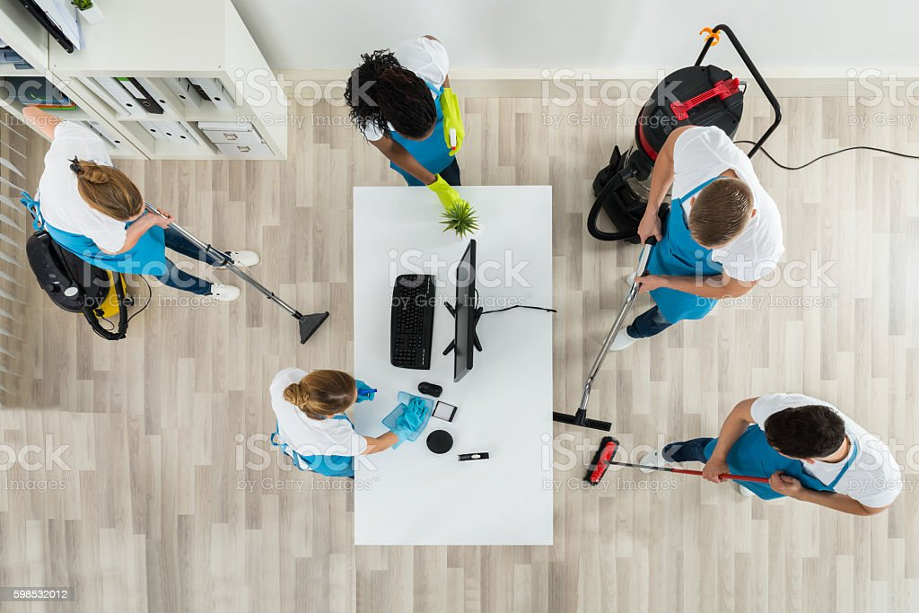 Janitors Cleaning The Office With Cleaning Equipments photo libre de droits