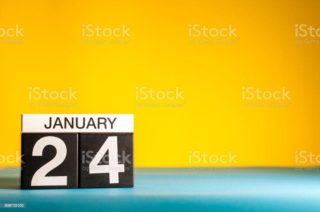 Le 24 janvier. Jour 24 du mois de janvier, calendrier sur fond jaune. Heure d'hiver. Espace vide pour texte photo libre de droits