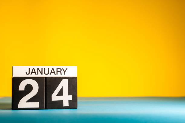 le 24 janvier. jour 24 du mois de janvier, calendrier sur fond jaune. heure d'hiver. espace vide pour texte - nombre 24 photos et images de collection