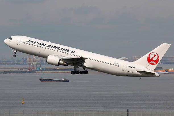 japan airlines boeing 767-300 flugzeug flughafen tokio-haneda - b767 stock-fotos und bilder