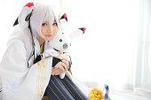 白いトーン ルームで日本アニメ コスプレ、白い日本巫女