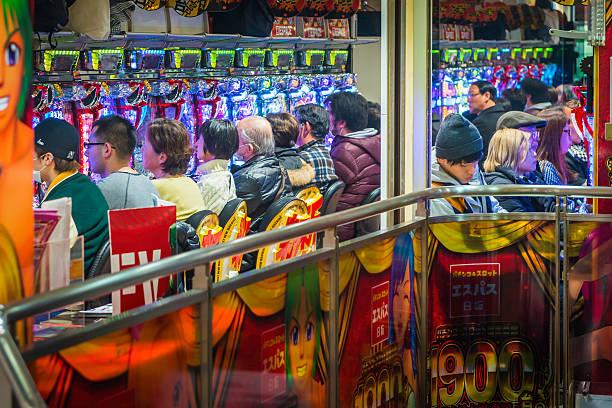 Japan einheimischen spielen in pachinko-Glückspiel Salon Spiele-Arkade Tokyo Nachtleben – Foto