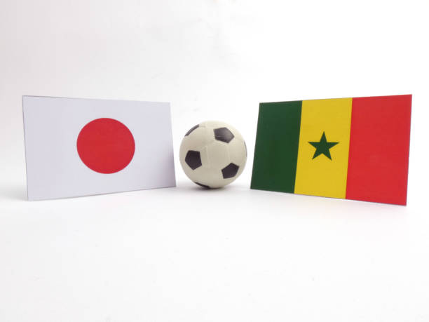 Pavilhão japonês e senegaleses com isloated de bola de futebol no fundo branco - foto de acervo