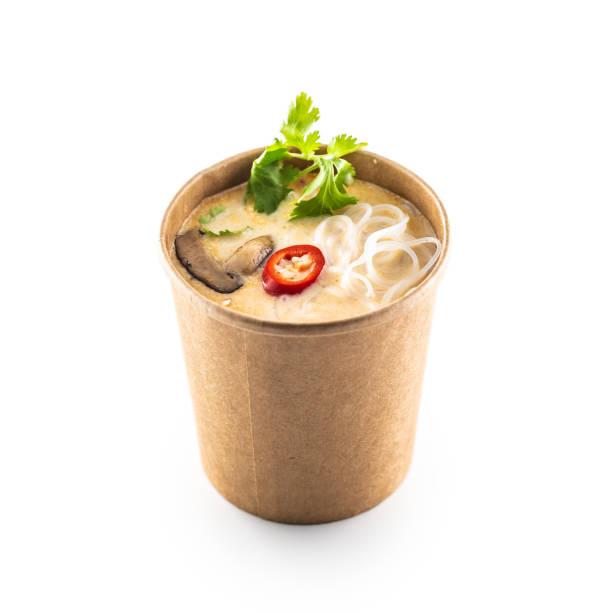 japanische asiatische suppe in einer tasse recycling-papier isoliert auf weißem hintergrund. - schnelle suppen stock-fotos und bilder