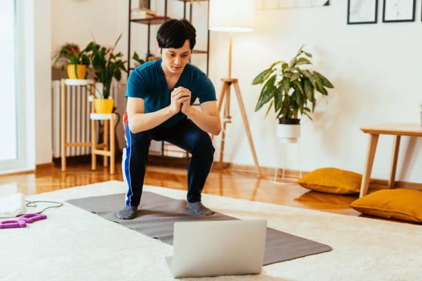 自宅で運動する日本のアスリート男性 - online ストックフォトと画像