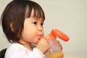 日本の赤ちゃん女の子の飲料水(1 年)