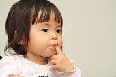 日本の赤ちゃん女の子吸う彼女の指(1 年)