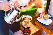 日本のバリスタは、屋外でドリップコーヒーを醸造しています