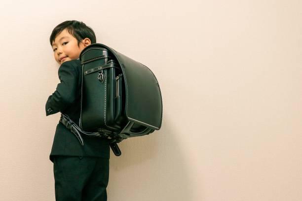 日本の少年と新しい学校のバッグ - 制服 ストックフォトと画像