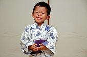 日本の少年に浴衣(3 歳以下)