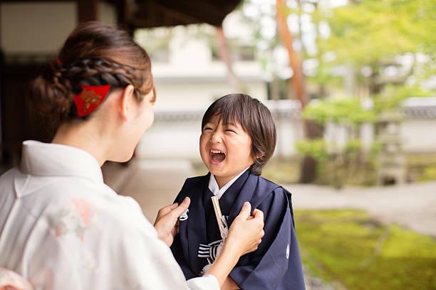 つまり、日本の男の子の母のお祝い 七五三 寺院 - kimono ストックフォトと画像