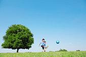 フィールドで遊ぶ日本人の少年