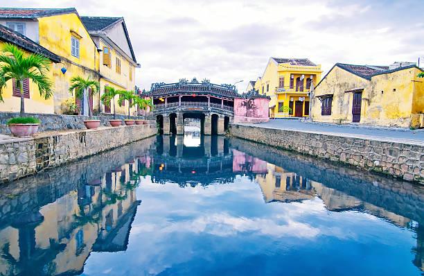 japanese bridge in hoi an. vietnam, unesco world heritage site. - 호이안 뉴스 사진 이미지