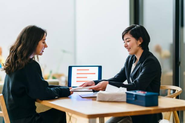 日本のビジネス コンサルタント、家に彼女のクライアントへの助言 - 助言 ストックフォトと画像