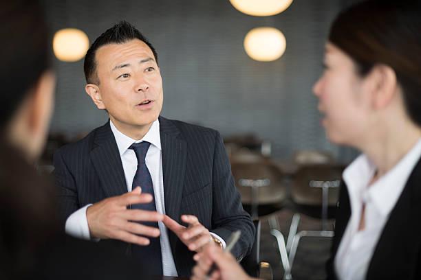 実業家のミーティングがディスカッションです。 - オフィスワーク ストックフォトと画像