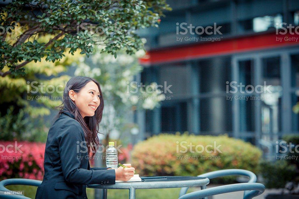 Japonés mujer de negocios feliz trabaja al aire libre foto de stock libre de derechos