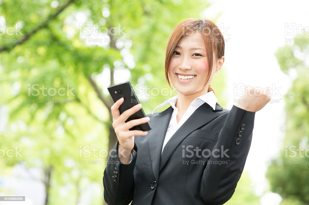 Japanese business woman holding a smart phone foto royalty-free