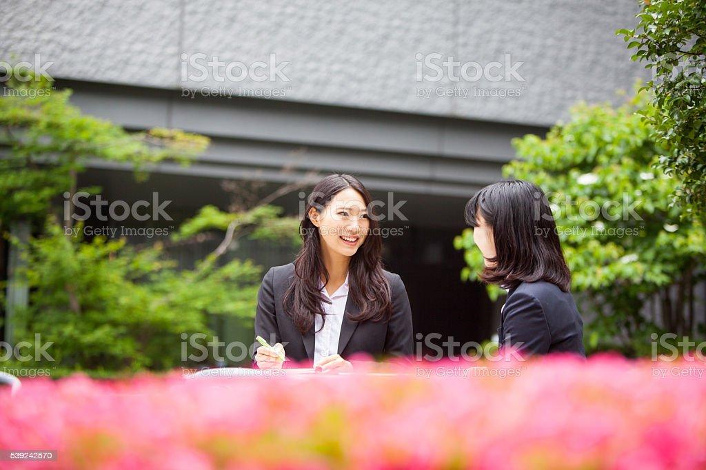 Mujer de negocios japonés Siéntese al aire libre para reuniones. foto de stock libre de derechos