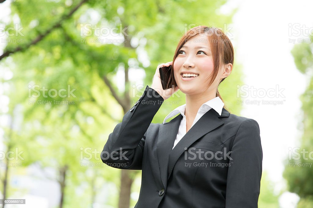 Japanese business woman talking on a smart phone foto royalty-free