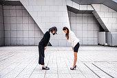 日本の女性を東京のダウンタウンのビジネス