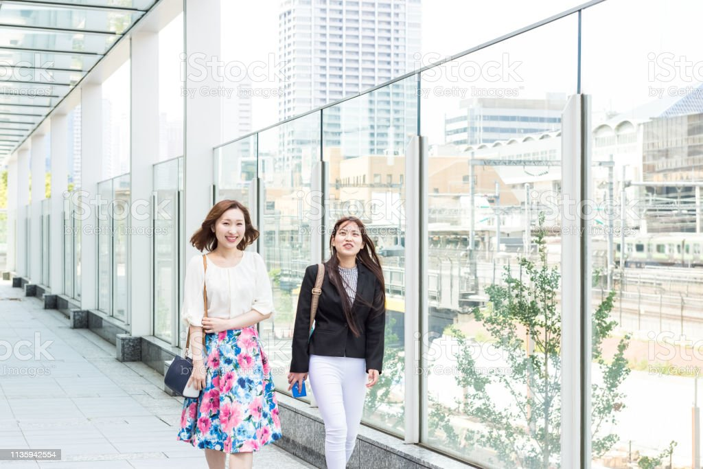 オフィスに歩いている日本のビジネス女性 ストックフォト